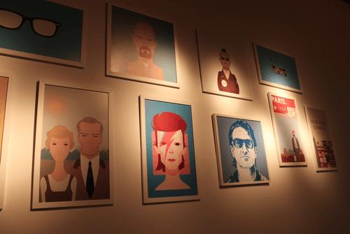 As bandas e atores preferidos do casal viraram quadros na parede.