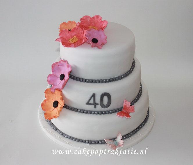 Taart voor ongeveer 55 personen. Bloemen zijn gemaakt van suiker.