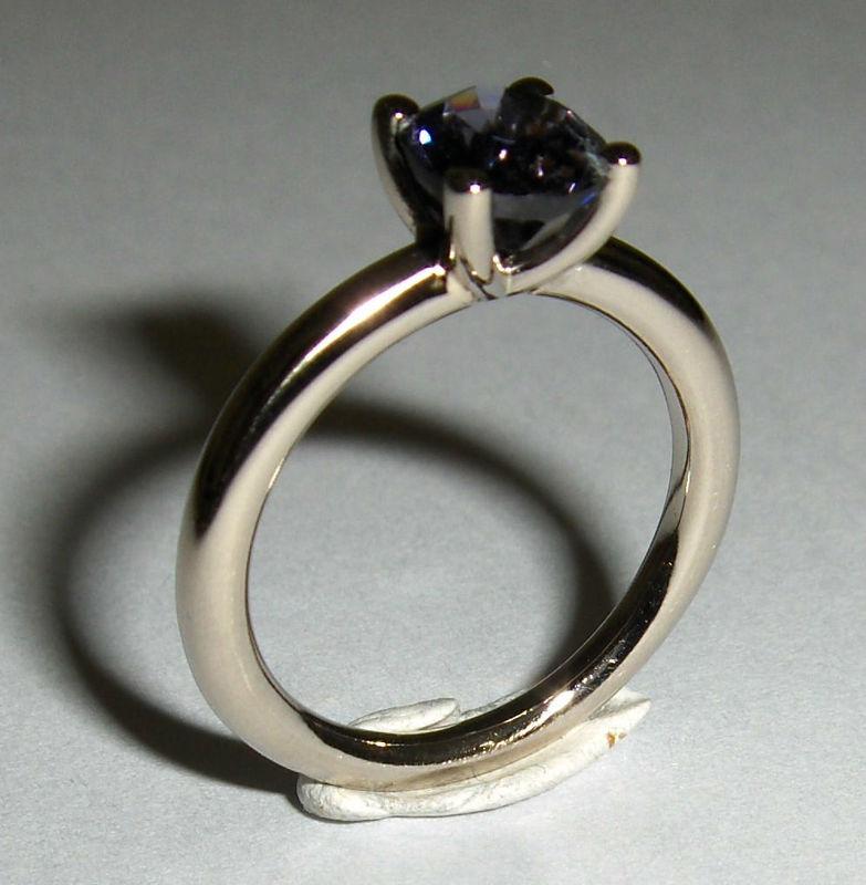 Zur Verlobung: Klassischer Solitair mit einem Saphir in Weissgold Foto: Goldschmiede MS
