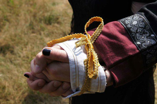 Beispiel: Handfasting, Foto: Eheleite.com.