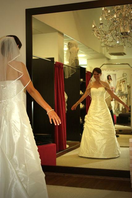 Auswahl des Hochzeitskleides, Foto: Agentur Yourhappyday