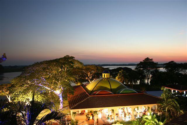 La vista panorámica del atardecer proporcionará el perfecto telón para su ceremonia en nuestra Hacienda Santa Lucía.