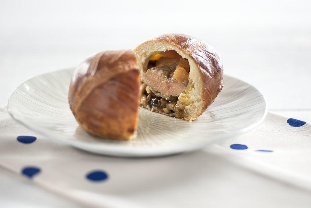 Pâtisserie Gilg : La Cachotterie, un délice à déguster en entrée : brioche fine garnie de foie gras de canard et fruits façon berawecka