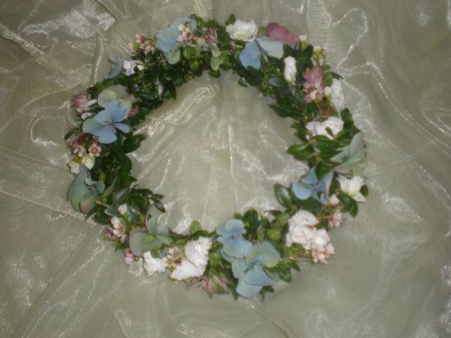 Beispiel: Blumenkranz mit blauen Schleifen, Foto: Blumenstudio Marzahn.