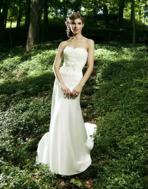 Beispiel: Trägerloses Brautkleid, Foto: Daniela´s Weddingfashion.