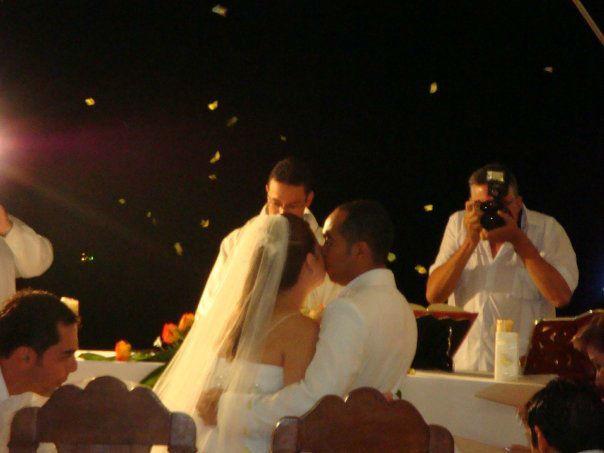 Liberación de mariposas en ceremonia nocturna  al aire libre.