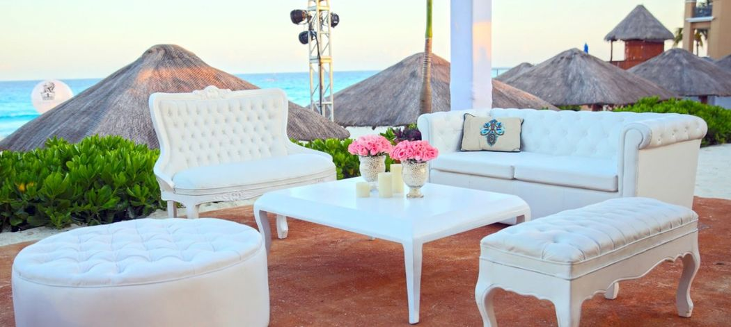 Mobiliario #mobiliarioparaeventos, #bodasenlaplaya #beachweddings #centrosdemesa #centerpieces #bodasencancun #partyboutiquecancun #udwfinefurniturerental #prettyflowerscancun