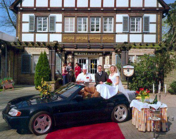 Beispiel: Hochzeitspaar vor Hotel, Foto: AKZENT Hotel Saltenhof.
