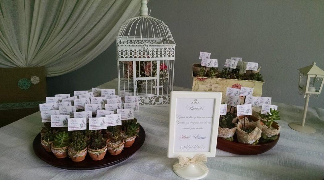 Detalle de la mesa de recuerdos con plantas suculentas. Decoración mesa de los recuerdos. Recuerdo de boda, shower.