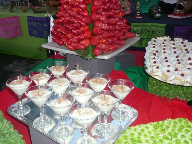 Montaje de mesas de dulces y postres para bodas - Foto Banquetes Versalles