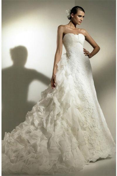 Beispiel: Brautmode, Foto: Pompadour Braut- und Festmode.