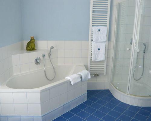 Beispiel: Badezimmer in der Hochzeitssuite, Foto: Schloss Weiterdingen.