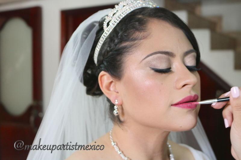 Novia maravillosa maquillaje en retoques finales. Makeup Artist Mexico