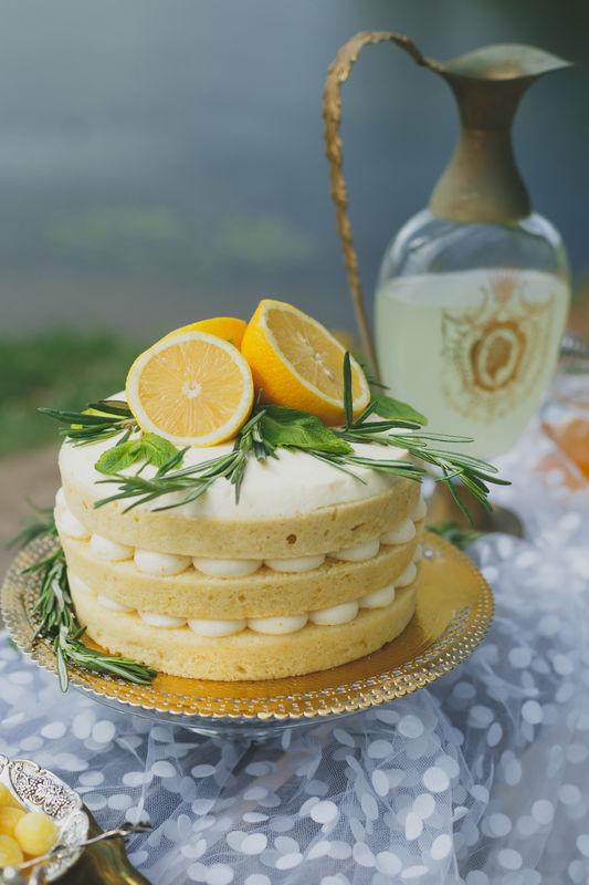Первая годовщина свадьбы в лимонных тонах
