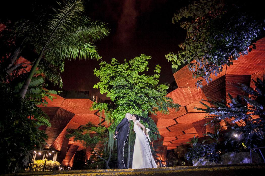 | FOTOGRAFÍA DE BODAS | Diegoalzate.com | + | santiagogarces.co @santiagogarces.co | #fotografía #social #groom #weddings  #lovestory #justmarried #love #weddingideas LUMINOTECNIA @angela__posada  #amor #love #fotosmatrimonio #matrimonio #diegoalzate #colombia #Fotografo #strobist #portrait