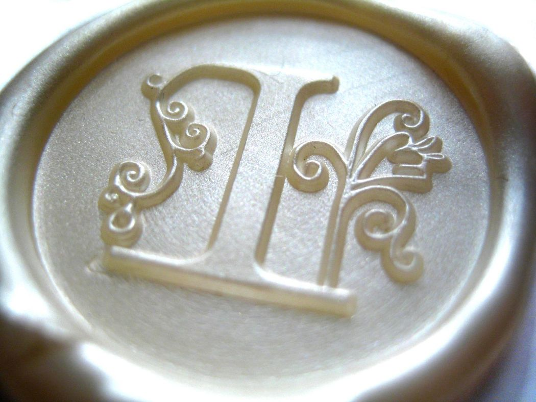 Detalle  de sello de lacre + logo. Blanco nácar (diámetro 30mm).  www.royallacre.com
