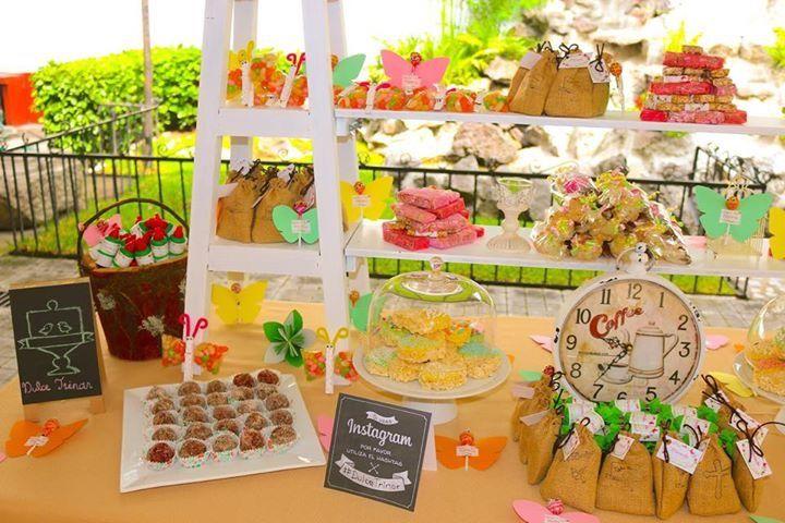 Mesa de dulces tema mariposas elaborada por Dulce Trinar.
