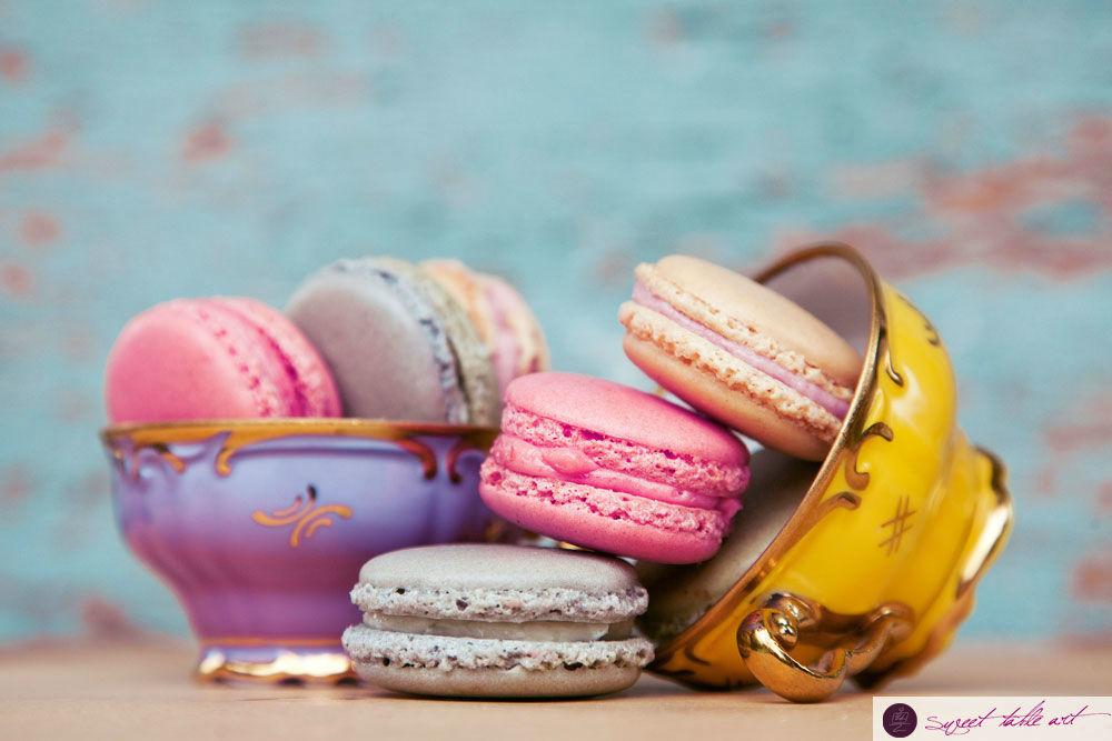 Macarons in Tassen auf süßem Sweet Table