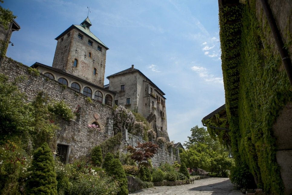 Castel Ivano, una corte sempre fiorita ed elegante