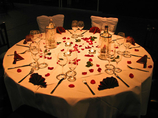 Beispiel: Rote Tischdekoration, Foto: Freiheit Fünfzehn.