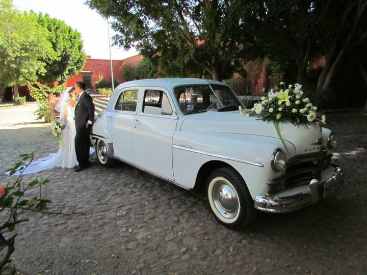 Llena de glamour tu llegada a la iglesia con la renta un automóvil de lujo retro en Querétaro