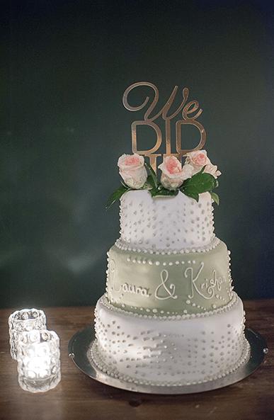Dreistöckige Hochzeitstorte mit eingefärbtem Fondant, Punktedekoration und Schriftzug