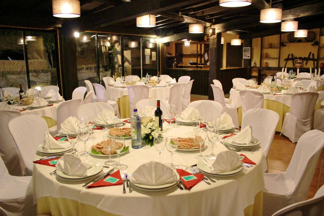 Salón Piscina con montaje en mesas redondas y capacidad para 48 personas