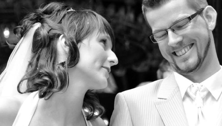 Beispiel: Brautpaar in schwarz-weiß, Foto: 4solutions Media.