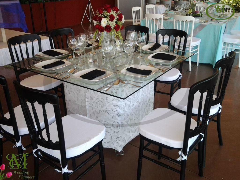 Mesa de cristal con sillas Versalles en negro