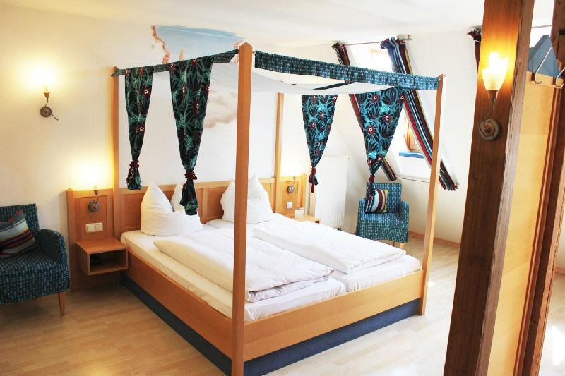 Beispiel: Zimmer, Foto: Hotel Roter Hahn.