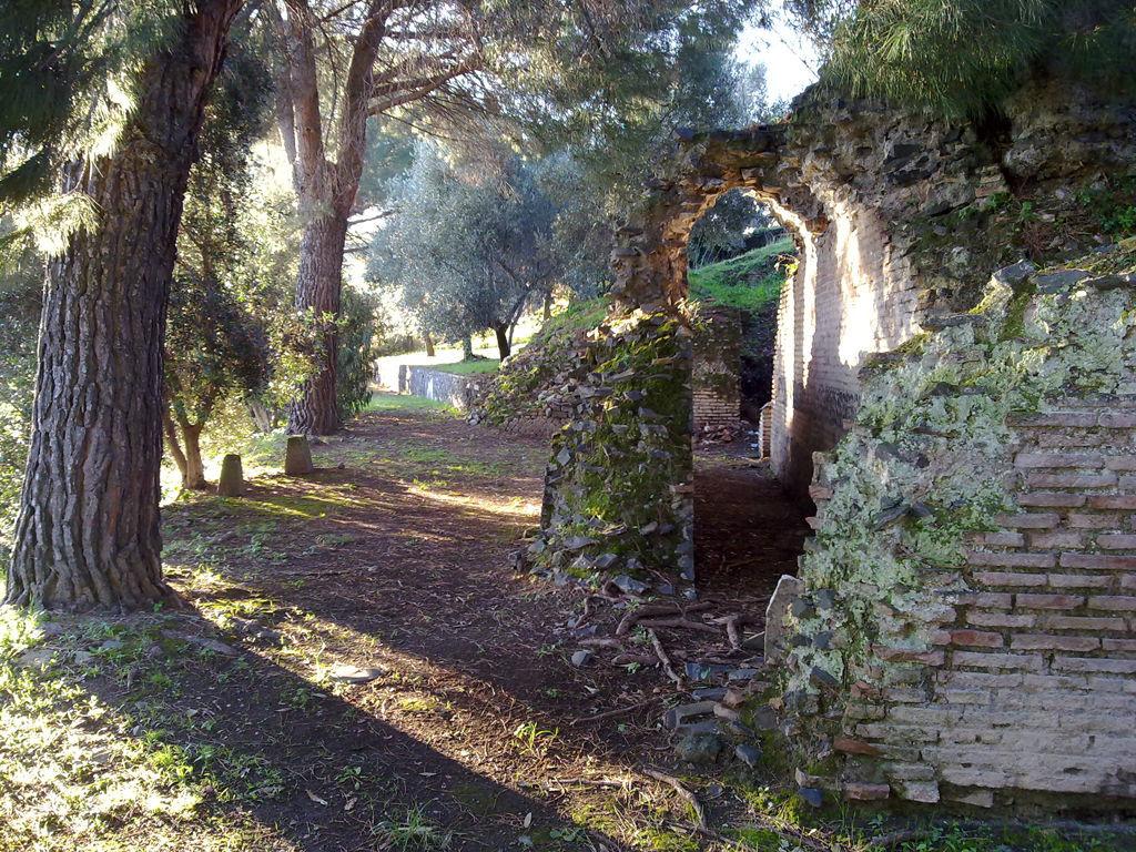 La passeggiata lungo le rovine romane