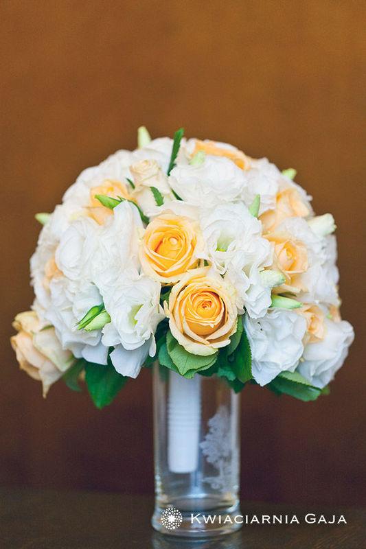 Kompozycja florystyczna z białych i żółtych róż