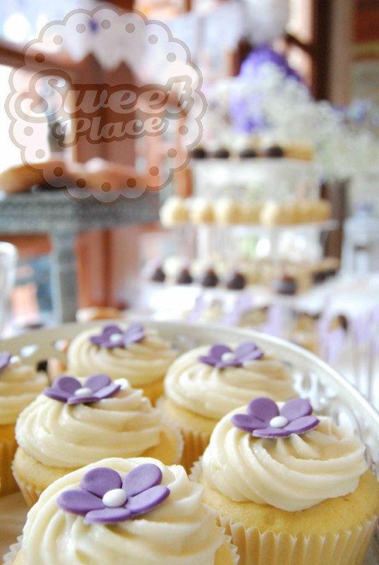 Mesas de dulces completas para tu boda. Os ofrecemos una gran variedad de postres: cupcakes (también en tamaño mini), cookies, brownies, tartas, buffet de donuts, buffet de cookies, vasitos de tarta, push pop, chuches...