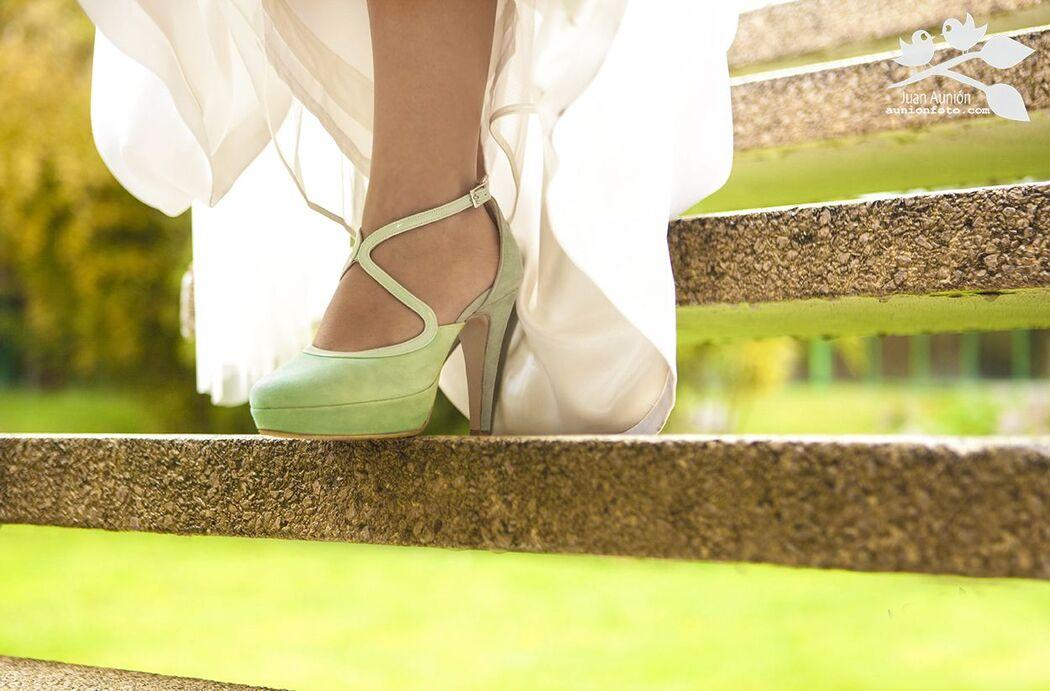 Novia descendiendo escalera. Detalle zapato