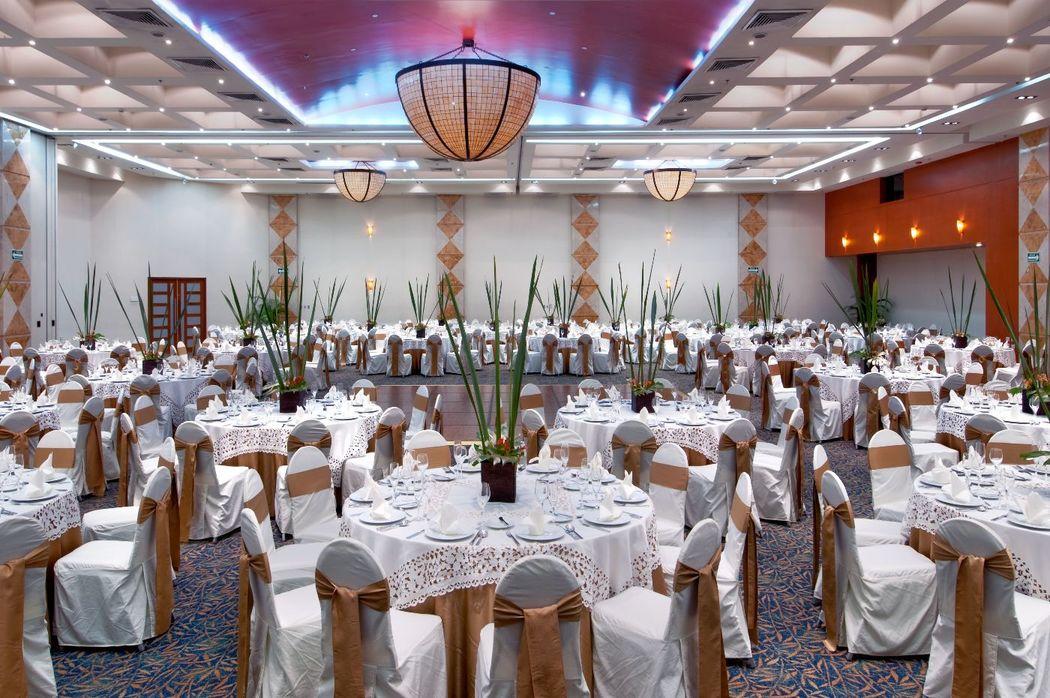 Nuestro elegante Gran Salón Tabasco está adornado con candelabros de estilo contemporáneo y la ausencia de pilares permite dar rienda suelta a la imaginación para hacer de este espacio un Edén.