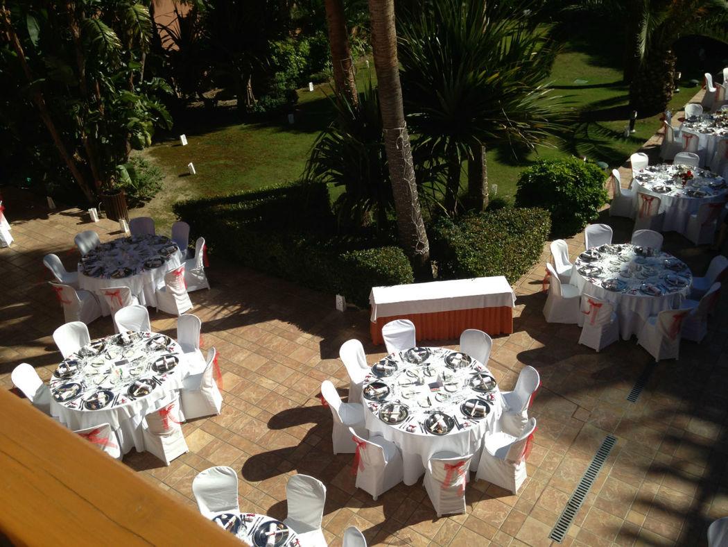 Montaje mesas en patio