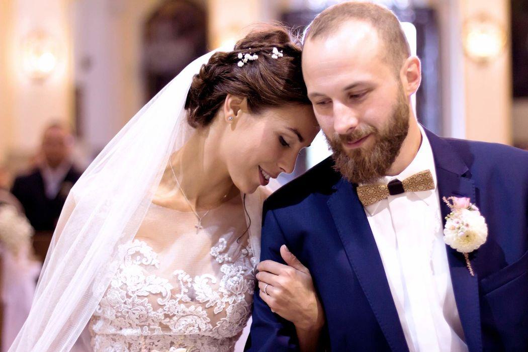 Die Holzfliege Bellis auf einer besinnlichen und traditionellen kirchlichen Hochzeit