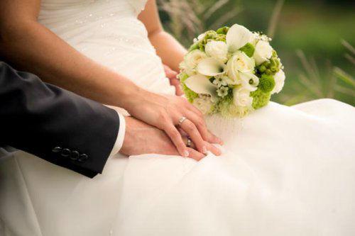 Beispiel: Weißer Brautstrauß, Foto: Stiel und Blüte.