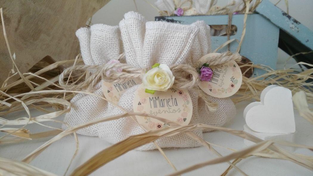 Saco de Yute en color blanco con 2 jabones de coco en forma de corazón hechos a mano.