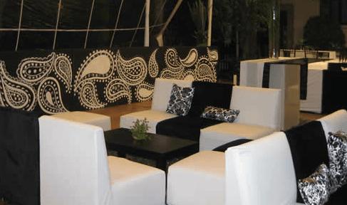 Decoración de salón de fiesta conbarras personalizadas y pintadas a mano. Foto: Braiolés