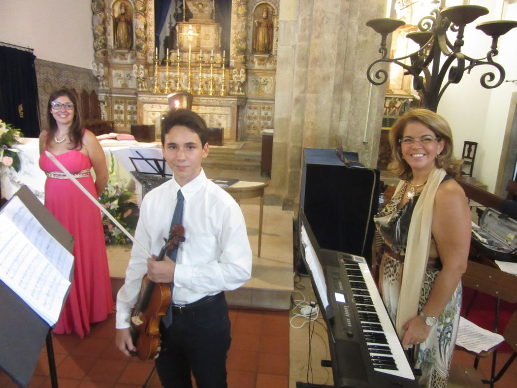 Casamento com piano, voz e violino.