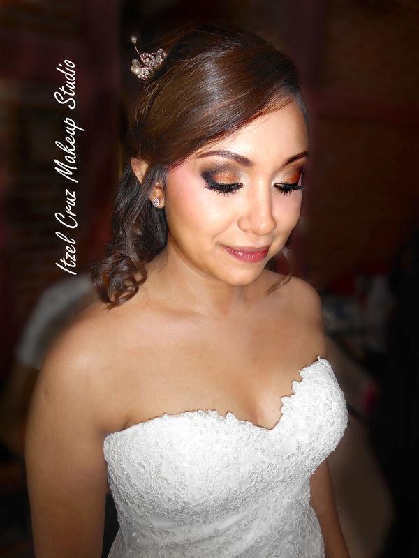 Maquillaje profesional de novia. Maquillaje con aerógrafo en tonos cobre. Peinado: Semirecogido con rizos.