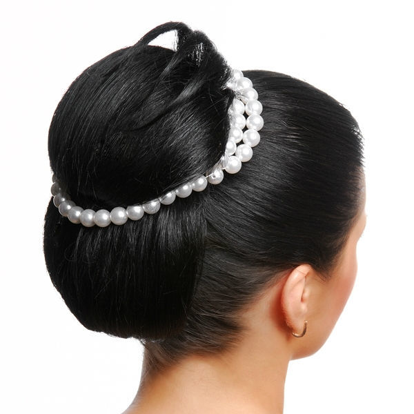 Beispiel: Brautfrisur mit Perlenaccessoir, Foto: Le Salon Deluxe.