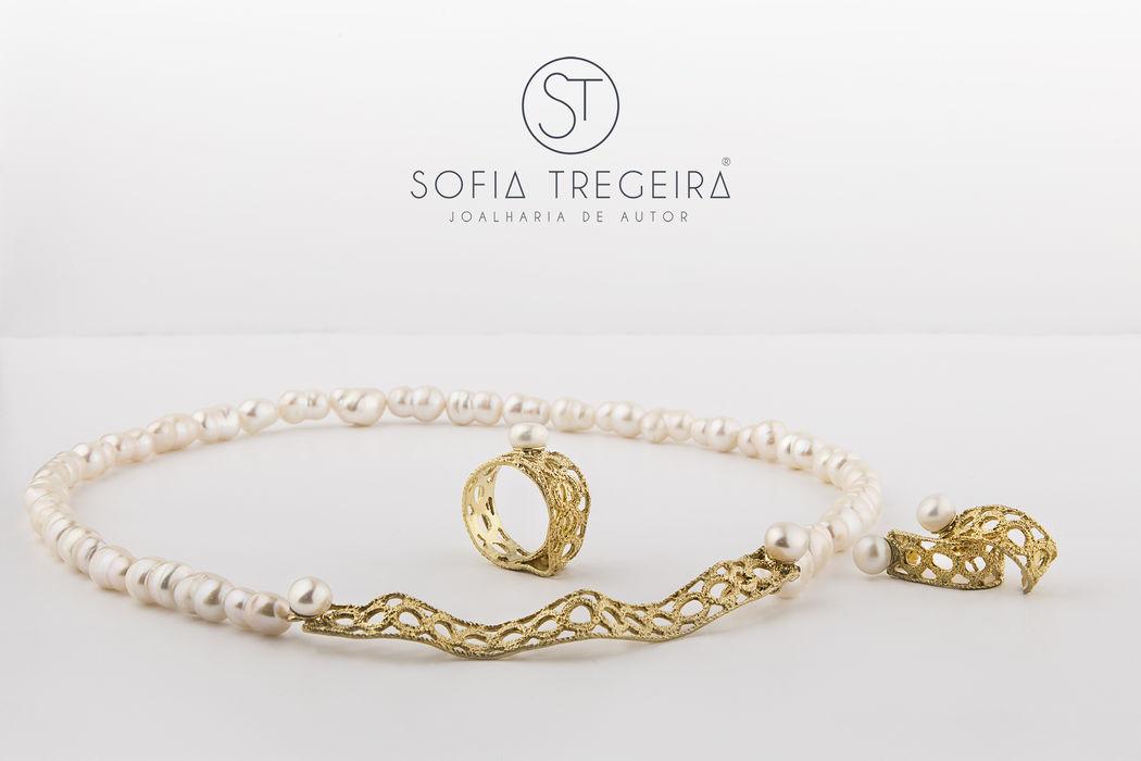 Conjunto de colar, anel e brincos em prata banhada a ouro e pérolas.