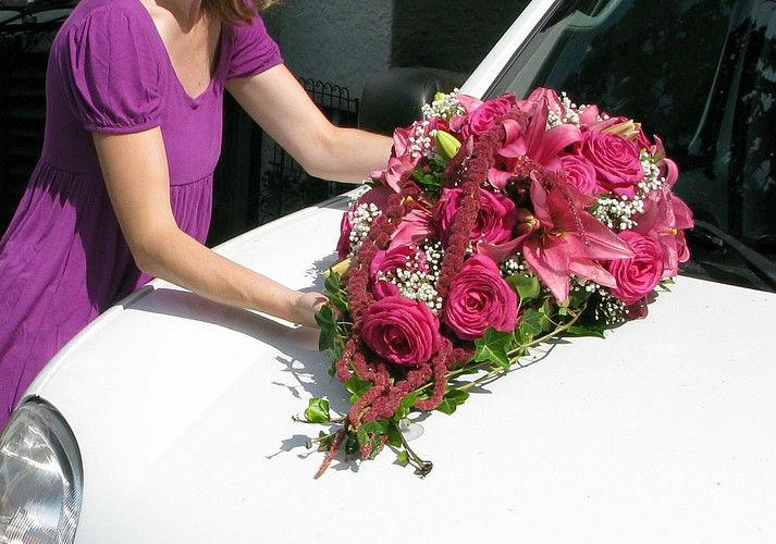 Beispiel: Blumenschmuck fürs Hochzeitsauto, Foto: Edelkraut Event-Floristik.