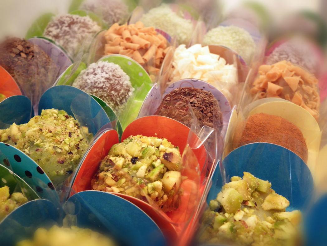 Brigadeiros de pistácio, caramelo, melão, meio amargo e especiarias.