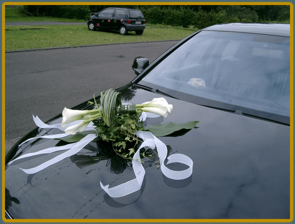 Beispiel: Blumen fürs Hochzeitsauto, Foto: Die Blumen-Lounge Göllner.