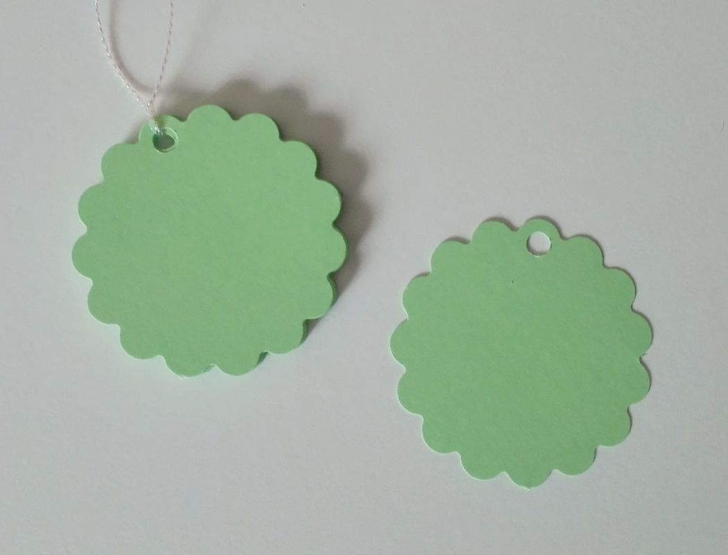Etiquetas redondas con borde festón, color verde pastel. 5cm diámetro.