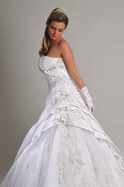 Beispiel: Preiswerte Brautmoden, Foto: Saray Brautmoden.