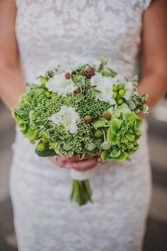 Des Bulles Dans Les Branches Bouquet de mariée  (Photo: Claire Morris Photography)